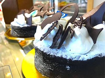 飾りつけが美しいチョコケーキ